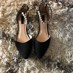 Blacks flats with pearl size 8